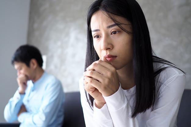 Des consultants asiatiques analysent et discutent de la situation économique actuelle.