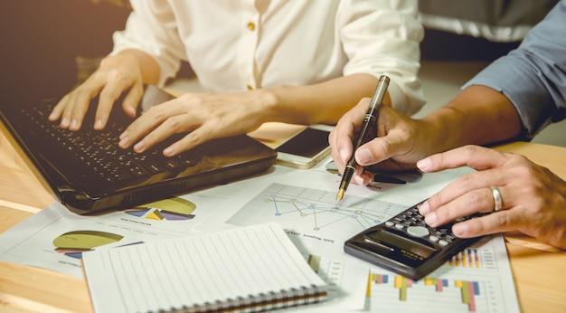 Les consultants présentent des informations à l'homme d'affaires.