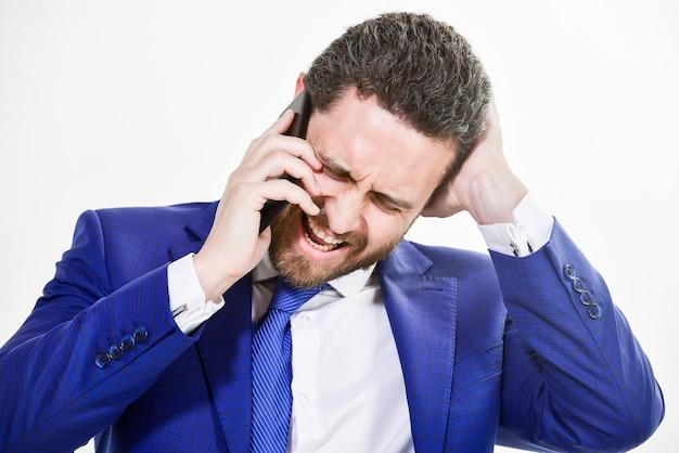 Consultation et aide. concept d'appel d'affaires. négociations mobiles. appelez le service d'assistance technique. l'homme d'affaires tient le smartphone près. service d'assistance d'appel de costume formel d'homme. conversation d'appel mobile.