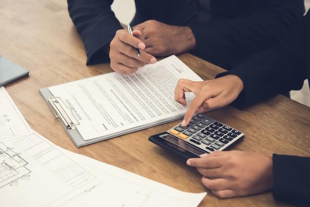 Consultation de client avec agent immobilier
