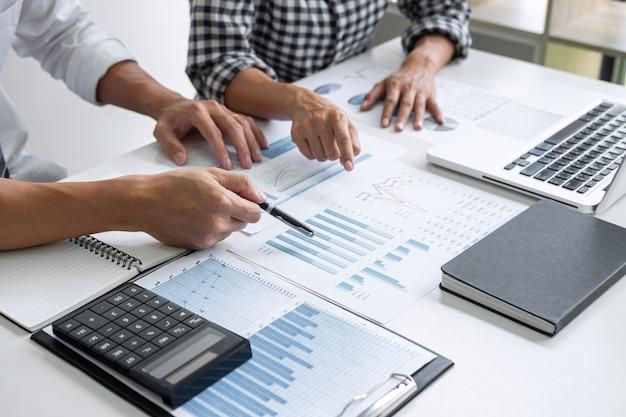 Consultation de collègues de travail, analyse de graphiques.