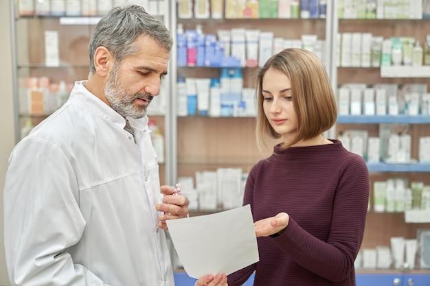 Consultation du client avec un chimiste sur la prescription.