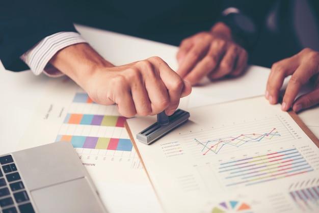 Consultation d'hommes d'affaires. pour réussir en affaires