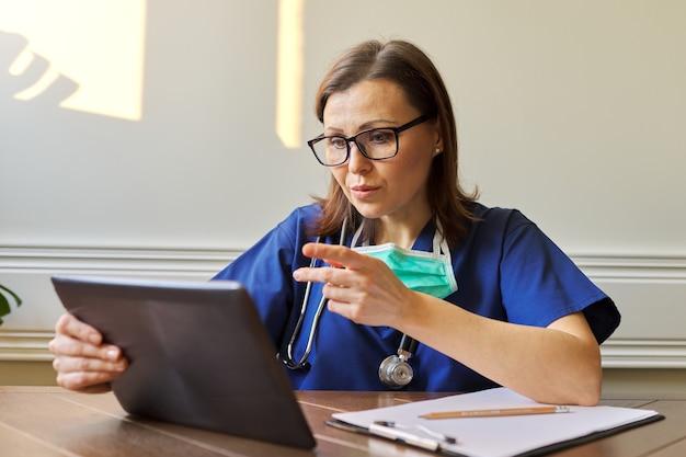 Consultation de médecin généraliste en ligne, femme utilisant une tablette numérique pour un appel vidéo, médecin parlant au patient. télémédecine, soins de santé, concept de personnes