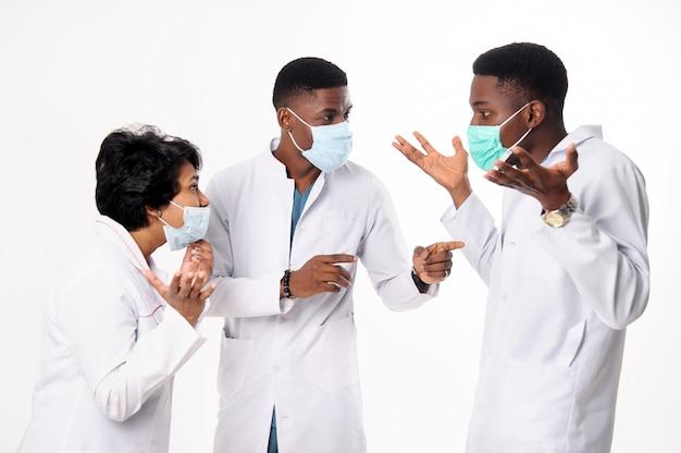 Consultation de médecins qui discutent du diagnostic. médecins, blanc