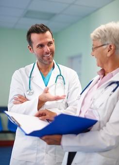 Consultation médicale de deux médecins professionnels
