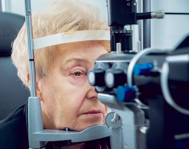 Consultation avec un ophtalmologiste. équipement médical. coreometry.