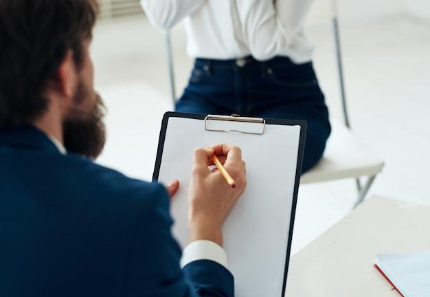 Consultation de problèmes d'assistant de psychologie de la communication homme et femme.