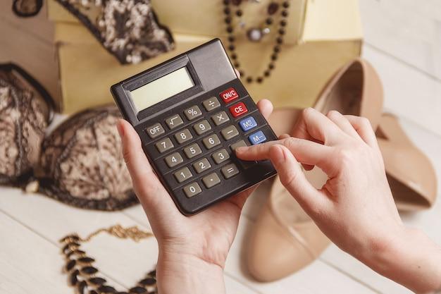 Consumérisme et concept de vente - calculatrice, vêtements pour femmes, accessoires.