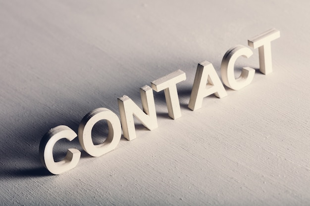 Contact écrit en lettres légères