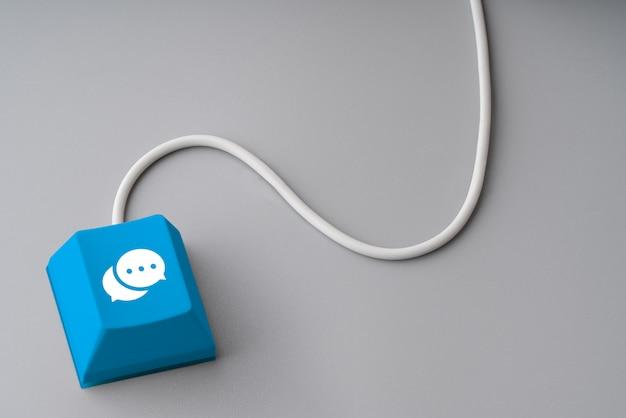 Contactez-nous icône d'affaires sur le clavier de l'ordinateur avec la souris câblée