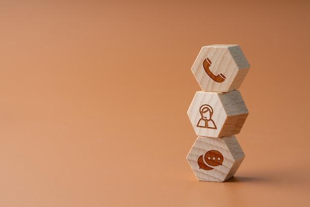 Contactez-nous icône sur puzzle en bois avec la main