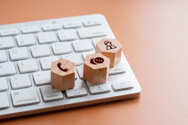 Contactez-nous icône sur puzzle en bois