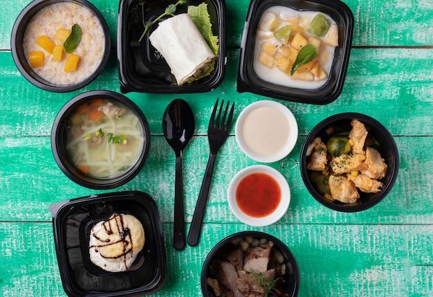 Contenants alimentaires en plastique avec repas santé