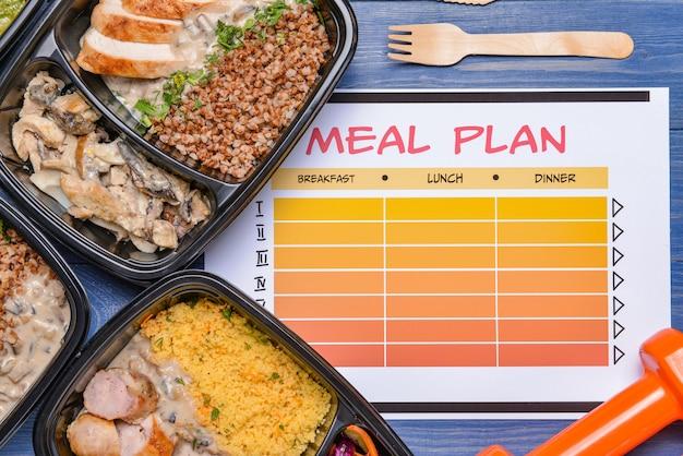 Contenants avec des aliments sains et un plan de repas sur la couleur