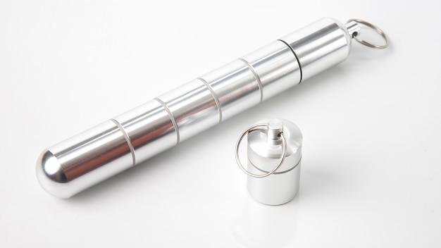 Contenants en aluminium scellés pour petits articles et pilules médicales sur blanc