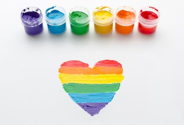 Contenants arc-en-ciel de peinture pour l'amour de la fierté et le cœur