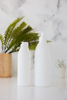 Contenants de bain et plante sur table
