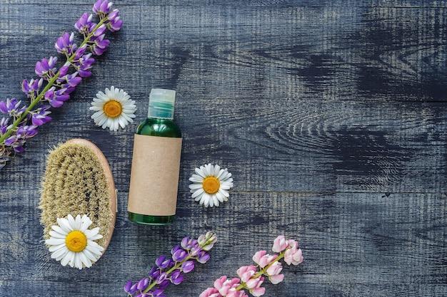 Contenants de bouteilles cosmétiques avec des fleurs de camomille hermales étiquette vierge pour la maquette de marque, concept de produit de beauté biologique naturel. fait à la main, fraîcheur.