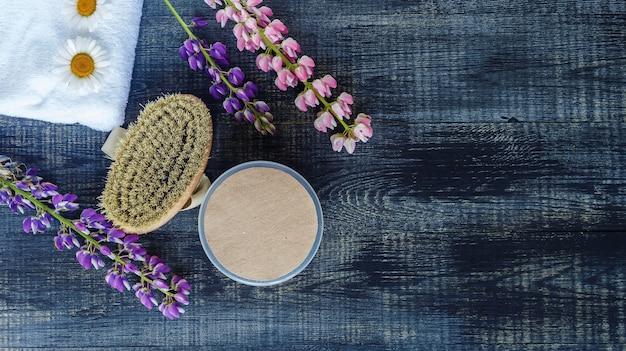 Contenants de bouteilles cosmétiques avec des fleurs de camomille hermales étiquette vierge pour la maquette de marque pour les produits écologiques naturels