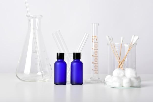 Contenants de bouteilles cosmétiques et verrerie scientifique, emballage vierge pour la marque, soins de la peau pharmaceutiques par un médecin dermatologue, recherche et développement d'un concept de produit de beauté.