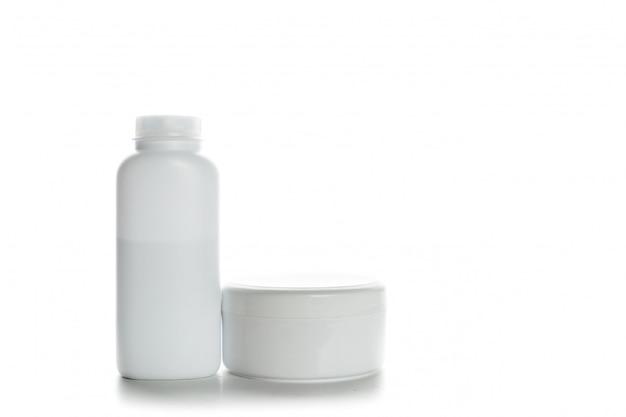 Contenants de cosmétiques isolés sur blanc