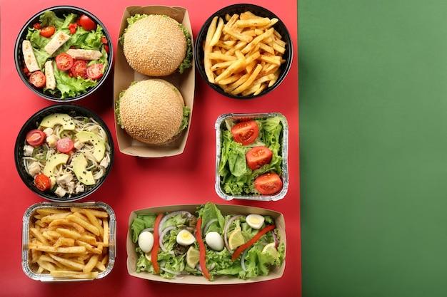 Contenants avec de la nourriture délicieuse sur la couleur