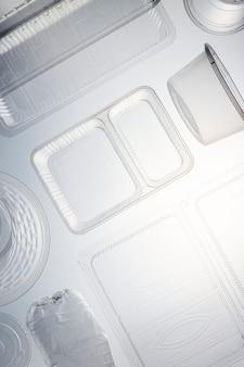 Contenants en plastique nettoyés avant recyclage