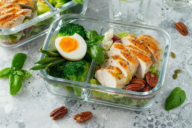 Contenants de préparation de repas sains avec poitrine de poulet.