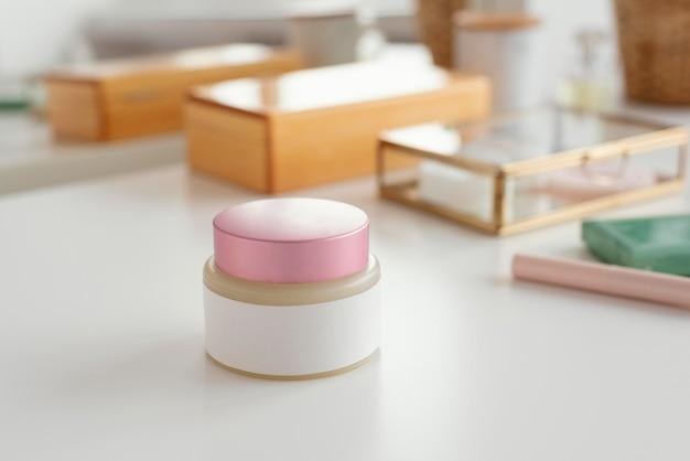 Conteneur de crème à angle élevé sur table