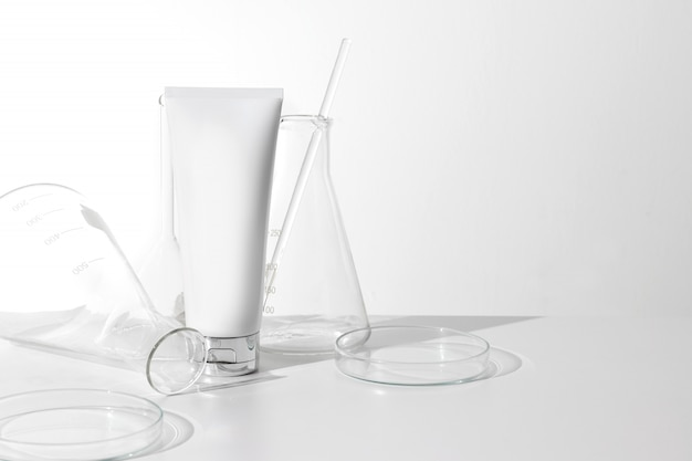 Conteneur de crème pour le visage beauté cosmétique lotion avec bouteille de tube à essai verre science laboratoire sur fond blanc