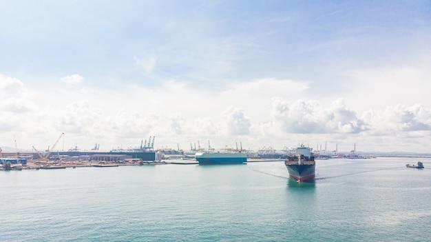 Conteneur dans le port de l'usine dans une zone industrielle pour l'importation, l'exportation dans le monde entier