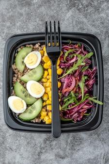Conteneur avec déjeuner végétarien naturel sain, livraison de nourriture