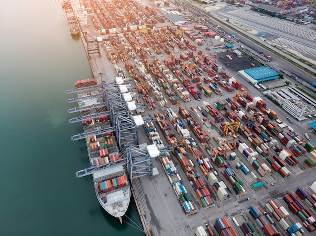 Conteneur de fret dans le port de chantier naval avec navire cargo chargement grand réservoir pour le concept d'exportation.
