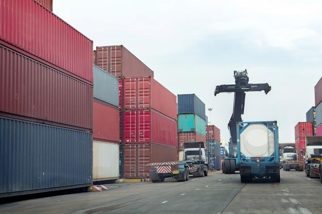 Le conteneur et la grue soulèvent le chargement des conteneurs jusqu'au dépôt de conteneurs