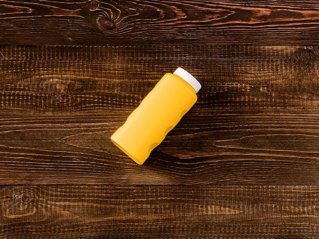 Conteneur de poudre de talc bébé sur fond de bois foncé. mise à plat