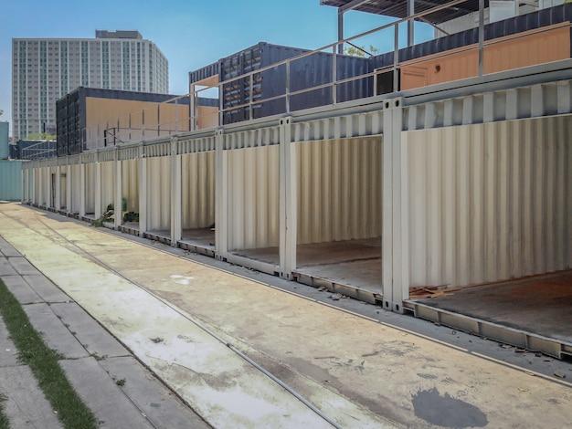 Conteneur réutilisé; construction budilding dans la rangée à côté du sentier.