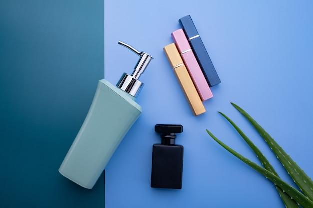 Conteneurs de bouteilles de cosmétiques naturels sur fond de papier de couleur, bouteille vide, produit de soin de beauté naturelle