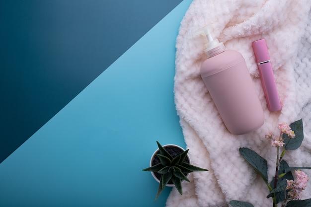Conteneurs de bouteilles de cosmétiques naturels sur fond de papier de couleur