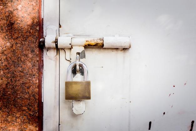 Conteneurs industriels avec serrure à clé