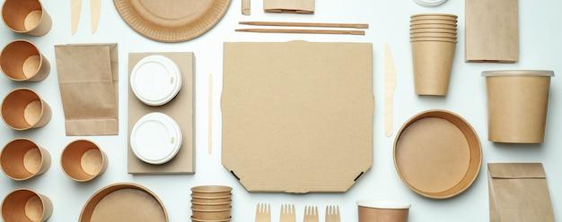 Conteneurs de livraison pour plats à emporter sur une surface blanche