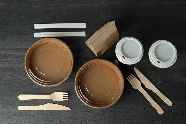 Conteneurs de livraison pour plats à emporter sur table en bois foncé