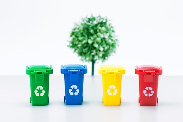 Conteneurs pour le métal, le verre, le papier, les matières organiques, le plastique pour le traitement ultérieur des déchets.