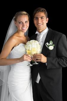 Contenu couple marié posant tenant des verres de champagne