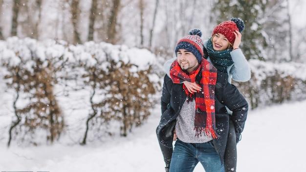 Contenu couple romantique dans les bois d'hiver