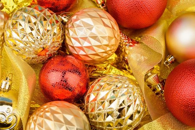 Le contenu du nouvel an avec des brins mangés, des jouets en or pour le sapin de noël