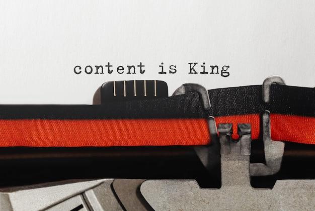 Le contenu du texte est king tapé sur une machine à écrire rétro