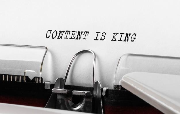 Le contenu du texte est roi tapé sur machine à écrire rétro, concept