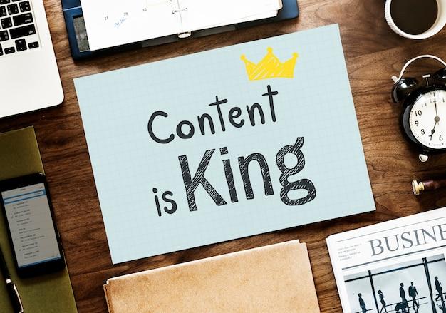 Le contenu est roi écrit sur un papier