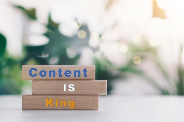 Le contenu est roi sur une planche de bois. concept d'entreprise en ligne.